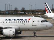 Air France-KLM hat im Sommer unter tieferen Ticketpreisen und teurerem Treibstoff wie auch unter der Entscheidung zur Aufgabe der A380-Maschinen gelitten. (Bild: KEYSTONE/AP/CHRISTOPHE ENA)