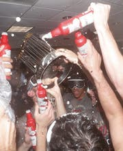 Die Feierlichkeiten in der Kabine kennen keine Grenzen. (Bild: Epa)