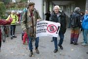 Mitglieder von Campax reichen eine Petition gegen «Waffenexporte in die Tuerkei per sofort stoppe»n ein. (Bild: Peter Schneider/Keystone, Bern, 31. Oktober 2019)