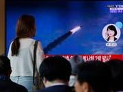 Menschen in Südkorea verfolgen Medienberichte über Raketentests im nördlichen Nachbarland Nordkorea. (Bild: KEYSTONE/EPA/JEON HEON-KYUN)