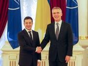 Ab nächstem Montag soll es nach den Worten von Präsident Wolodymyr Selenskyj (l) zu einem weiteren Truppenabzug in der Ostukraine kommen. Bei dem Empfang von Nato-Generalsekretär Stoltenberg (r) in Kiew bekräftigte Selenskyj, dass die Ukraine eine Mitgliedschaft in der Nato anstrebe. (Bild: KEYSTONE/EPA/STEPAN FRANKO)
