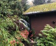 In dieses Wohnhaus krachte das Auto. (Bild: Luzerner Polizei, Weggis, 31. Oktober 2019)