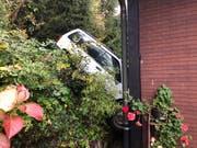 Erst das Wohnhaus konnte den Wagen stoppen. (Bild: Luzerner Polizei, Weggis, 31. Oktober 2019)