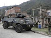 Kolumbianische Soldaten bewachen eine Strasse in Toribio im Westen des Landes. (Bild: KEYSTONE/EPA EFE/ERNESTO GUZMAN JR)