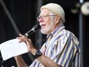 Chemie-Nobelpreisträger Jacques Dubochet sprach Ende September beim nationalen Klimastreik in Bern. In einem offenen Brief unterstützt der Forscher nun auch die Forderungen der «Extinction Rebellion». (Bild: KEYSTONE/ANTHONY ANEX)