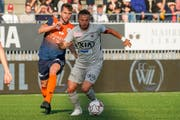 Philipp Muntwiler bedrängt im Spiel gegen Aarau den Ostschweizer Elsad Zverotic. (Bild: Andy Mueller/freshfocus)