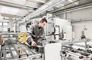 ABB-Techniker in der Fertigung: Der Konzern drängt ins Batterie-Geschäft. (Bild: ABB)