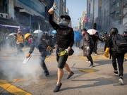 Die anhaltenden politischen Proteste in Hongkong belasten auch die Wirtschaft der Sonderverwaltungszone stark. (Bild: KEYSTONE/AP/MARK SCHIEFELBEIN)