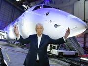 Die Auslieferung des ersten Flugzeugs des neuen Typs ist ein Meilenstein für seine Fluggesellschaft: Investor Martin Ebner ist an der Einweihung des Embraer-E190-E2-Jets der Helvetic Airways entsprechend guter Laune. (KEYSTONE/Walter Bieri) (Bild: KEYSTONE/WALTER BIERI)