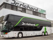 Busse des österreichischen Anbieters Dr. Richard stehen bereit. Das Unternehmen will innerschweizerische Busverbindungen im Fernverkehr anbieten. Die Gewerkschaft des Verkehrspersonals fordert den Bund aber auf, auf das Ausstellen einer entsprechenden Konzession zu verzichten. (Bild: Dr. Richard)