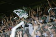 Auf den Rängen im Espenmoos gab's nach dem Sieg gegen Basel kein Halten mehr. (Bild: Trix Niederau, 30. Juli 2006)