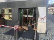 Uhren im Wert von über einer halben Million Franken hat eine unbekannte Täterschaft bei einem Einbruch in diese Bijouterie in Samnaun Dorf erbeutet. (Bild: Kantonspolizei Graubünden)