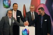 Von links: Markus Russi, Marco Quinter, Urban Camenzind und Georg Simmen lancieren per Knopfdruck gemeinsam das Highspeed-Internet im Urserntal. (Bild: Urs Hanhart, Andermatt, 4. Oktober 2019)