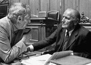 Helmut Hubacher, SP-Präsident von 1975 bis 1990, und Willi Ritschard, SP-Bundesrat von 1974 bis 1983. (Bild: Keystone/Arno Balzarini)