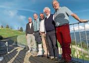 Von links: Stiftungspräsident Jürg Schumpf zusammen mit den Stiftungsgründern Franz Speck, Rolf Hegglin, Martin von Reding und Albert Röthlin. Bild: PD