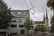 Die Hofkirche (rechts) mit dem Gebäude der Kaufmännischen Schule. (Bild: Nadia Schärli, Luzern, 25. September 2019)