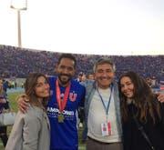 Patricio Mardones als Vorstandsmitglied von Universidad de Chile mit seinen beiden Töchtern. (Bild: PD)