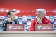 Stephan Lichtsteiner und Vladimir Petkovic an einer Medienkonferenz am 22. März 2019. (Bild: Ennio Leanza/Kestone)