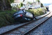 Das Unfallfahrzeug blockierte den Bahnverkehr. (Bild: Kapo SG)