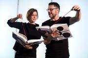 Caroline Lötscher und Ueli Kleeb mit ihrem Buch über die Zuger Chriesigeschichte. (Bild: Jakob Ineichen, Zug, 18. Januar 2018)