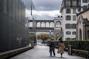 Ein «starkes städtisches Ensemble» laut Heinz Wirz im Luzerner Stadtzentrum: Migros-Gebäude (links), Schweizerhof (hinten) und Matthäuskirche (rechts). (Bild: Nadia Schärli, Luzern, 25. September 2019)