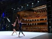 Zwei Tänzerinnen auf der Bühne der Genfer Oper. Gleich zweimal setze sich die Feuerlöschanlage in dieser Woche in Gang - ohne Brand. (Bild: Keystone/MARTIAL TREZZINI)