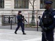 Einsatzkräfte sichern das Pariser Polizeihauptquartier auf der Île de la Cité im Zentrum von Paris. (Bild: KEYSTONE/EPA/IAN LANGSDON)