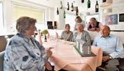 Das Ehepaar Elsy (l.) und Fredy Bösch (r.) betrachten mit Milly Roth, Alice Torggler sowie den Vermietern Caroline und Peter Brühlmann (hinten) ein Modell des Mehrfamilienhauses an der Sonnenhügelstrasse 7 und 9, in dem sie seit über 50 Jahren wohnhaft sind. Anlässlich des 50-Jahr- Jubiläums assen sie zu Mittag im Restaurant Renner am Rennweg, dem einstigen Café von Peter Brühlmanns Vater Karl.Bild: Manuel Nagel