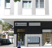 Der Schriftzug verweist auf den Holdingsitz im ersten Stock der Bahnhofstrasse 22 in Buchs. (Bild: Hanspeter Thurnherr)