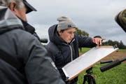 Nicola Haltinger von Kriens Natur notiert alle Zugvögel, die die Gruppe beobachtet und bestimmt hat, auf einer Tafel. (Bild: Dominik Wunderli, Kriens, 5. Oktober 2019)