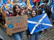 Schottland soll von London getrennte und eigene Wege gehen - dafür sind in der Hauptstadt Edinburgh Zehntausende auf die Strasse gegangen. In Umfragen ist derzeit sowieso die Mehrheit für eine Abspaltung vom Vereinigten Königreich - nach 212 Jahren (1707 hatte man sich mit England vereinigt). (Bild: KEYSTONE/EPA/ROBERT PERRY)