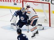 Gaëtan Haas, im Bild während eines Vorbereitungsspiels gegen Winnipeg, erzielte im zweiten NHL-Spiel den ersten Skorerpunkt (Bild: KEYSTONE/AP The Canadian Press/JOHN WOODS)