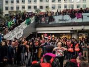 Aktivisten haben am Samstag ein Einkaufszentrum in Paris besetzt und teils für chaotische Zustände gesorgt. (Bild: KEYSTONE/AP/RAFAEL YAGHOBZADEH)