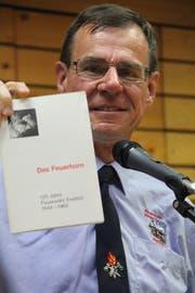 René Engel zeigt die erste Festschrift aus dem Jahr 1969. (Bild: gw, Erstfeld, 5. Oktober 2019)