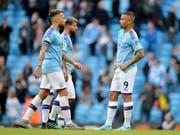 Enttäuschte Gesichter: Manchester City verliert den Anschluss an Leader Liverpool (Bild: KEYSTONE/EPA/PETER POWELL)