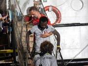 Nach knapp dreiwöchiger Blockade auf dem Mittelmeer hat das Rettungsschiff «Open Arms» mit mehr als 80 Migranten an Bord am 21. August im Hafen der italienischen Insel Lampedusa anlegen dürfen. (Bild: KEYSTONE/AP/SALVATORE CAVALLI)