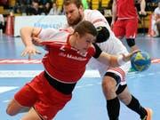 Der Schweizer Internationale Cédrie Tynowski (vorne) erzielte im EHC-Cup für Pfadi Winterthur acht Tore. (Bild: KEYSTONE/WALTER BIERI)