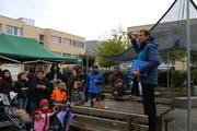 Gemeindepräsident Roland Brändli übergibt den Anwohnern ihren neuen Quartiersplatz. (Bild: Ines Biedenkapp)