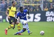 Breel Embolo hatte bei Schalke 04 selten einfache Zeiten. In seinem letzten Ruhrpott-Derby konnte er aber gegen Borussia Dortmund und seinen Freund und Nati-Kollegen Manuel Akanji gewinnen. Bild: Freshfocus.