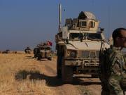 Türkische und amerikanische Soldaten führten am Freitag im syrischen Grenzort Tel Abyad gemeinsam Patrouillen durch. (Bild vom 4. Oktober) (Bild: KEYSTONE/AP/BADERKHAN AHMAD)
