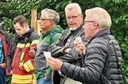 Markus Brühwiler (2. v. r) mit Roland Hardegger (rechts) und Heinz Meier vom AWE an der Bachbegehung im September.Bild: Andrea Häusler