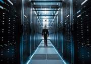 Cloud-Anbieter Amazon Web Services lagert Schweizer Kundendaten in riesigen Datenspeichern im Ausland. (Bild: Shutterstock)