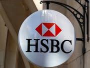 Die Grossbank HSBC will einem Zeitungsbericht zufolge nicht nur 4000 Stellen streichen, sondern in den Planungen ist von rund 10'000 weniger Angestellten die Rede. (Bild: KEYSTONE/AP/FRANCOIS MORI)