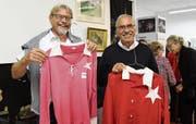 Franz Griesemer und Victor Buffoni nahmen historische Trikots an die Erzählstunde ins Ortsmuseum mit. (Bild: Yvonne Aldrovandi-Schläpfer)