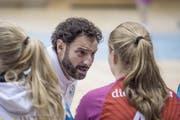 Trainer Carlos Lima im Gespräch mit einer Spielerin.