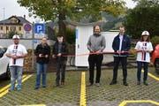 Foto der offiziellen Eröffnung. Von links nach rechts: Adrian Annen (ebs Energie AG), Andrea Betschart (Gemeinde Sattel), Adolf Lüönd (Gemeinde Sattel), Domenic Lanz (GOFAST), Jonas Bürgler (ebs Energie AG), Tamara Roos (ebs Energie AG). (Bild: PD)