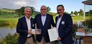 Urs Dickerhof, Präsident der IG Sport Luzern (Mitte) übergibt das Diplom an Thomas Tschuppert, Präsident des Golfclub Oberkirch (links) und Vizepräsident Kurt Peter. (Bild: PD)