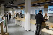 Ein «Griäzi» am Schalter begrüsst die Kunden: Blick in die neu umgebaute Postfiliale in Buochs. (Bild: Martin Uebelhart, Buochs, 7. Oktober 2019)