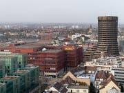 Die Bank für Internationalen Zahlungsausgleich BIZ in Basel (Turm rechts) hat sich am Montag zufrieden mit der ultralockeren Geldpolitik gezeigt und die Massnahmen vieler Notenbanken explizit gelobt. (Bild: KEYSTONE/GEORGIOS KEFALAS)