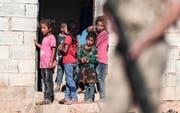 Der Aufmarsch der türkischen Truppen beginnt direkt vor ihrer Haustür: Kinder in der Kleinstadt Akcakale. (Bild: SEDAT SUNA/Keystone)